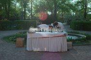 stół przygotowany na przyjęcie na dworze