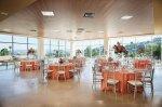 stoliki w lokalu przeznaczonym na przyjęcia
