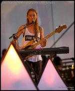 Kobieta grająca na gitarze