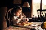 grająca dziewczynka